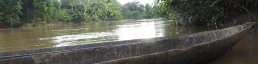 Dos canoas reposan en las orillas del río Pindoyacu